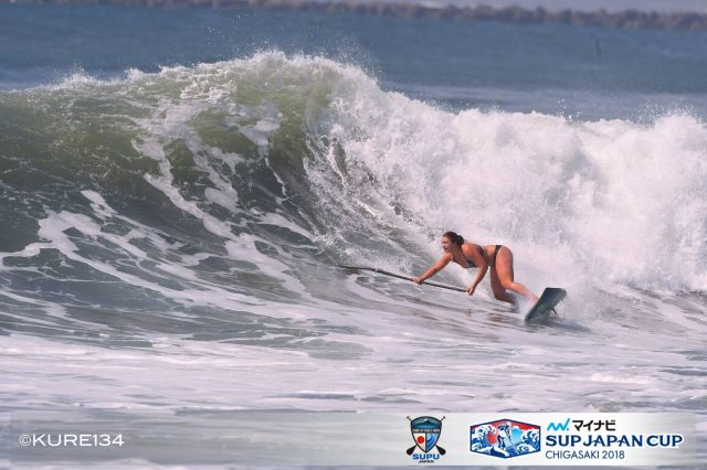 Fiona surfeando SUP Japan CUP