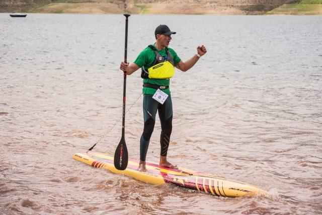 Competidor festejando su llegada Iznájar SUP Lago de Andalucía