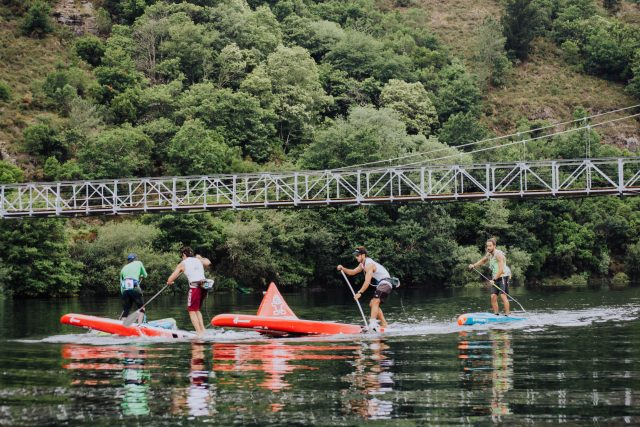 Riders girando boya en el WaterWayRace SUP