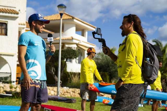 Up Suping haciendo entrevistas en la Gran Carrera del Mediterráneo SUP Race