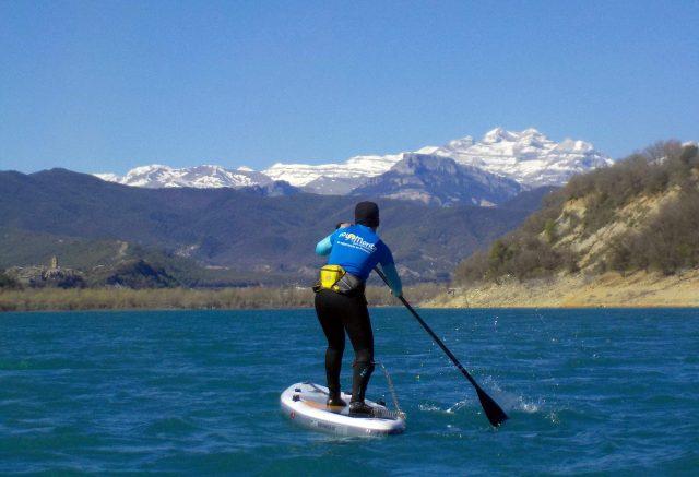 Montañas nevadas en el Pirineos SUP Festival